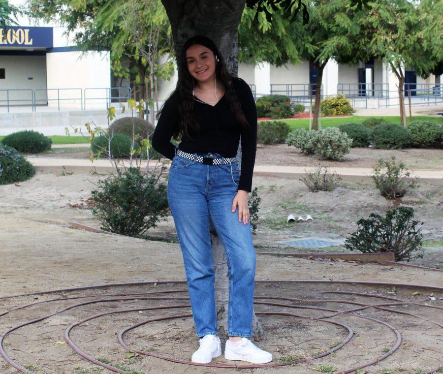 Amanda wears a scrunch top with blue jeans.
